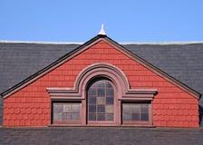 Schiefer-Dach und roter Giebel Stockbild