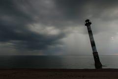 Schiefer Leuchtturm in der Ostsee Stürmische Nacht auf dem Strand Kiipsaar, Harilaid, Saaremaa, Estland, Europa stockfotografie