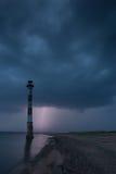 Schiefer Leuchtturm in der Ostsee Stürmische Nacht und Blitz Stockfotografie