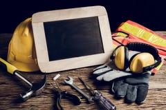 Schieferbrett, Schutzkleidung und Handwerkzeug Stockbilder