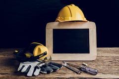 Schieferbrett, Schutzkleidung und Handwerkzeug Stockfoto