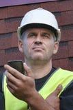 Schieferdecker mit einem Handy Lizenzfreies Stockfoto