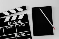 Schieferfilm und schwarzer Notizbuchweißhintergrund Stockfoto