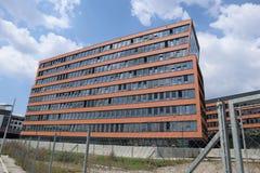 Schiefes Gebäude lizenzfreie stockbilder