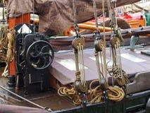 Schielen Sie, die alten Boote, die im Jachthafen festgemacht werden Stockfotografie