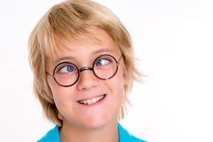 Schielender blonder Junge Lizenzfreie Stockfotografie