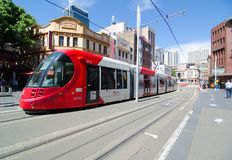 Schiene des roten Lichtes, die durch Marktstadt bei Sydney Chinatown läuft lizenzfreies stockbild