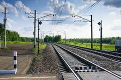 Schienenüberfahrt in der Landschaft Stockfotos