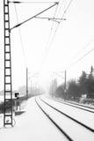 Schienen im nebeligen Schnee Stockbild