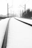 Schienen im nebeligen Schnee Stockfoto