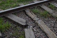 Schienen und Lagerschwellen, auf der Eisenbahn auf defekten Lagerschwellen sind Schienen stockbilder