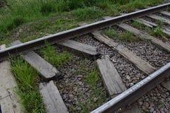 Schienen und Lagerschwellen, auf der Eisenbahn auf defekten Lagerschwellen sind Schienen lizenzfreie stockfotos