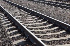 Schienen und Lagerschwellen in den grauen Steinen und Schutt auf der Eisenbahn lizenzfreies stockfoto