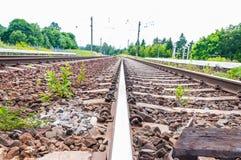 Schienen und Lagerschwellen von zwei Möglichkeiten befördern in Litauen mit dem Zug stockfotos
