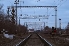 Schienen verwiesen auf den Bahnhof stockbild
