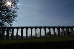 Schienen-Viadukt. Stockfoto