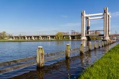 Schienenhebebrücke die Niederlande Stockfotos