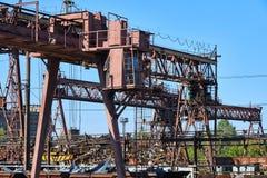 Schienenkran an der Fabrik stockbilder