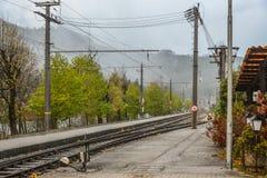 Schienenstränge mit Plattform stockfotos