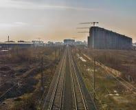 Schienenstränge in Richtung zum Industriegebiet Lizenzfreies Stockfoto