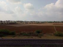 Schienenstrang mit Agri-Feld Lizenzfreies Stockbild