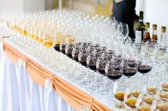 Schiera dei bicchieri di vino, fuoco selettivo Fotografie Stock Libere da Diritti