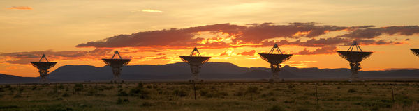 Schiera molto grande al tramonto (riflettori parabolici) Immagini Stock Libere da Diritti