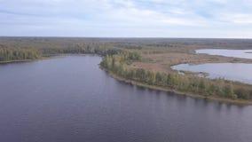 Schiereiland op Meer Tiosto Mooi de herfstlandschap stock videobeelden