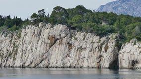 Schiereiland St Peter, de ingang aan Makarska stock videobeelden