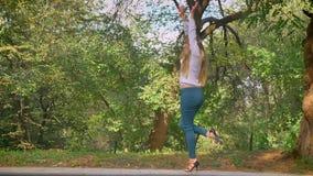 Schietend in Beweging, danst het Grote Blonde Kaukasische Meisje terwijl Lopend in Groen de Zomerpark, Warm Mooi Weer, stock video