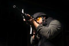 Schietend, een mens in het schieten, een mens in een vest royalty-vrije stock foto's