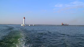 Schietend van het schip dat zeilen van de vuurtoren Stock Foto's