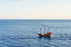 Schiff in adriatischem Meer in Dubrovnik Lizenzfreie Stockfotos