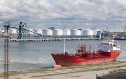 Schiff angekoppelt im Hafen Stockbilder