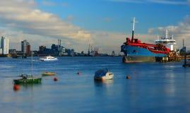 Schiff angelegt auf der Themse. Miniatureffekt stockfotos