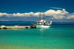 Schiff auf blauem Paradieswasser von Toroneos-kolpos Golf, Halkidiki, lizenzfreie stockfotografie