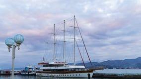 Schiff auf dem Dock gegen den Himmel nach Sonnenuntergang stockfotos