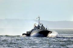 Schiff auf dem Fluss lizenzfreies stockfoto