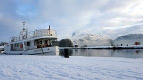 Schiff auf dem Hintergrund von schönen Bergen Stockbilder