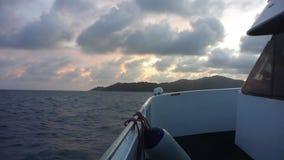 Schiff auf dem Indischen Ozean bei Sonnenuntergang, Seychellen stock video footage