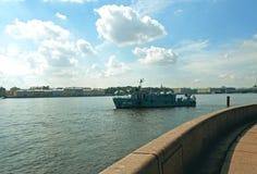 Schiff auf dem Neva-Fluss Stockfotos