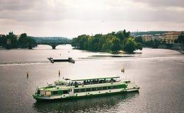 Schiff auf Fluss die Moldau Lizenzfreies Stockbild