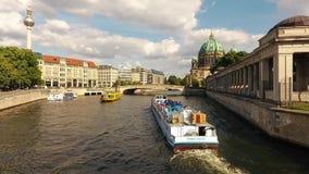 Schiff auf Gelagefluß naer Berlin Cathedral im Juni 2016 stock footage