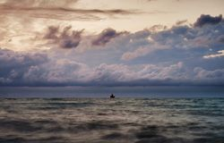 Schiff auf Horizont stockfotos