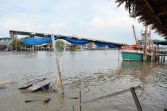 Schiff auf Kanal fischend, fließen Sie zum Meer am Knall Khun Thian Bangkok Thailand Stockfoto