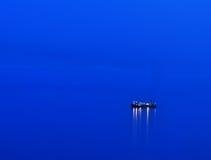 Schiff auf Meer an der Dämmerung Lizenzfreies Stockbild