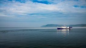 Schiff auf Misty Lake Baikal in Sibirien lizenzfreie stockfotos