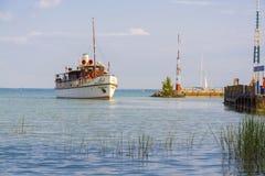 Schiff auf Plattensee Stockfotos