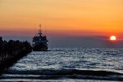 Schiff bei Sonnenuntergang lizenzfreie stockfotografie