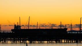 Schiff bei Sonnenuntergang Stockfotos